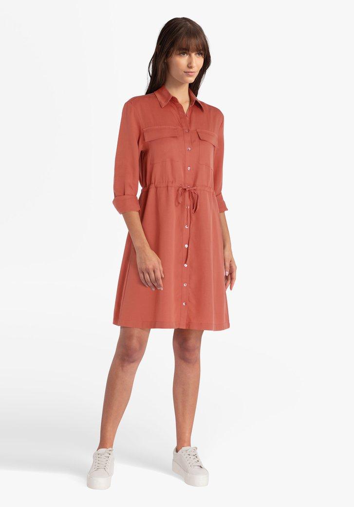 Roodbruin kleed met knopjes