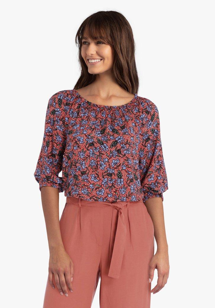 Roodbruine blouse met blauwe bloemenprint