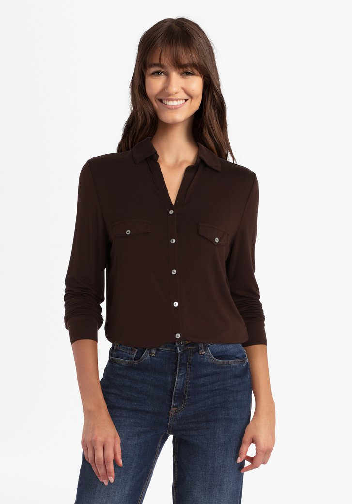 T-shirt brun-rouge avec rangée de boutons