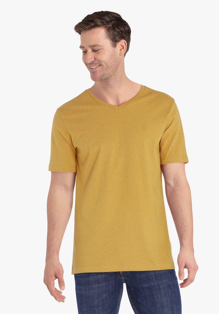 T-shirt de couleur ocre avec col en V