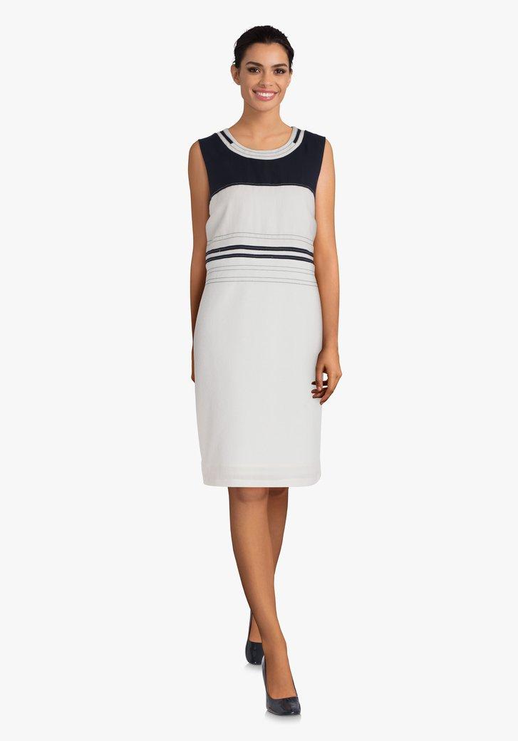 Wit kleed met navy gestreepte details