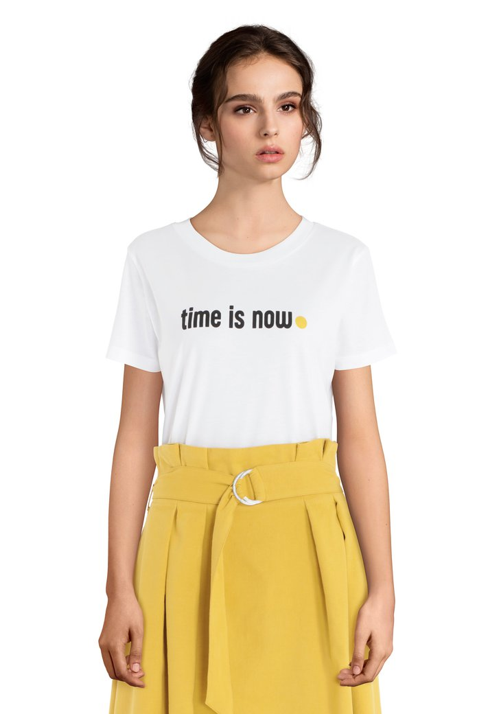 """Wit T-shirt met opschrift """"Time is now"""""""