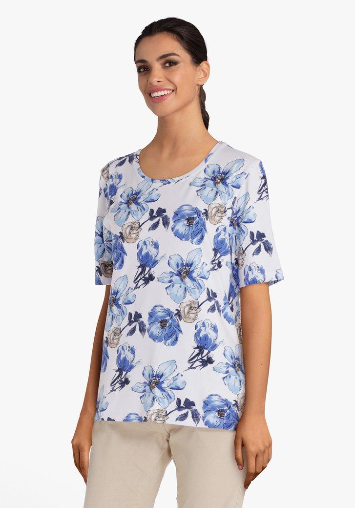 Wit T-shirt met schilderachtige blauwe bloemen