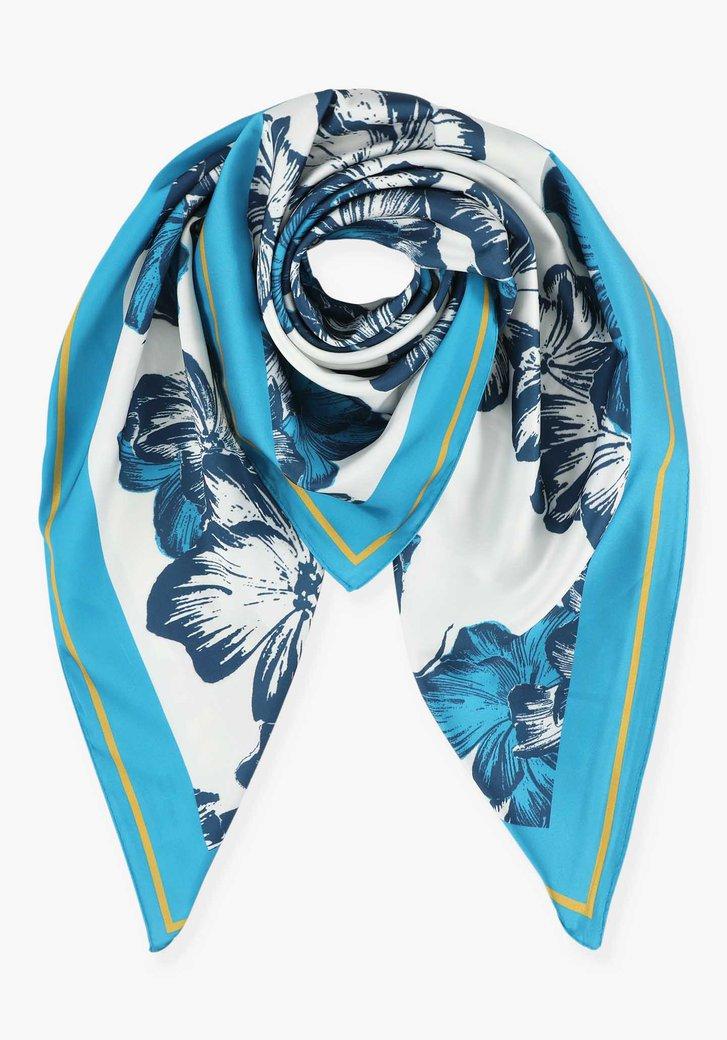 Witte sjaal met bloemen in blauwtinten