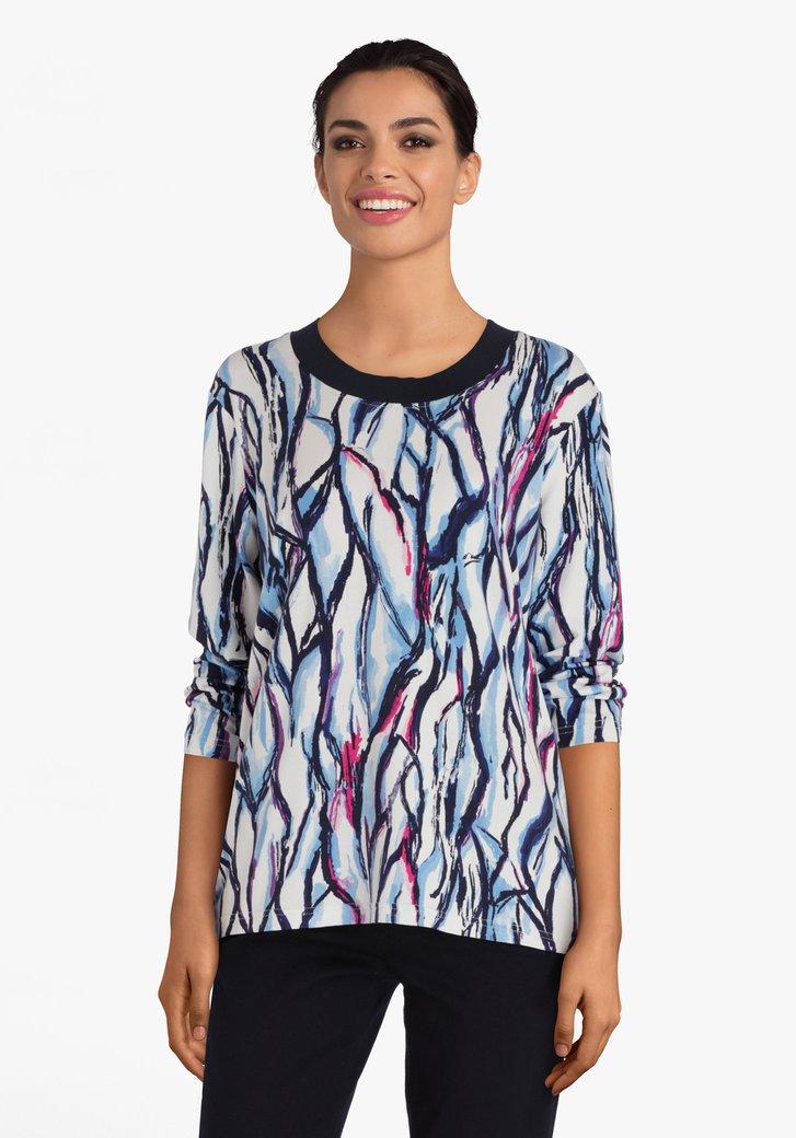 Witte T-shirt met blauwe print en roze accent