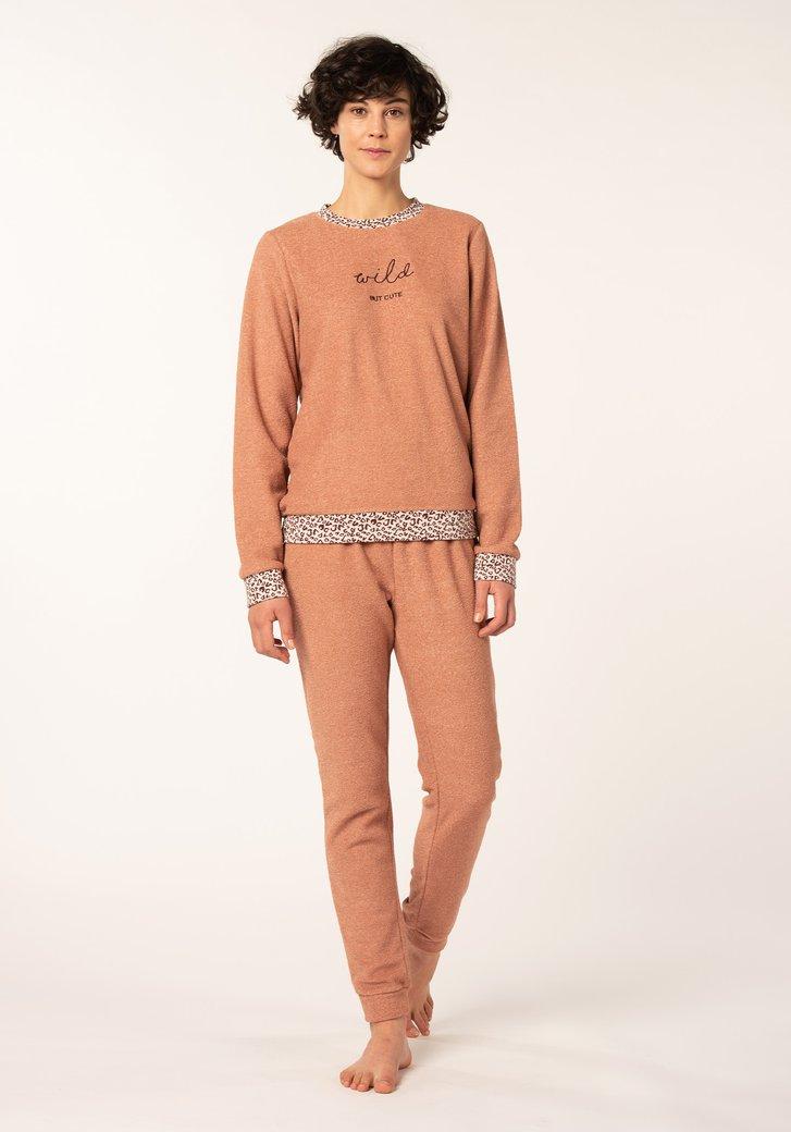 Zalmroze pyjama met opschrift