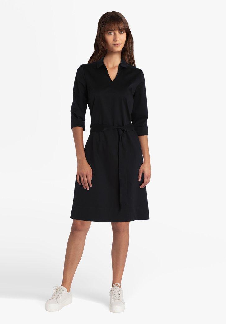 Zwart kleed met kraag en V-hals