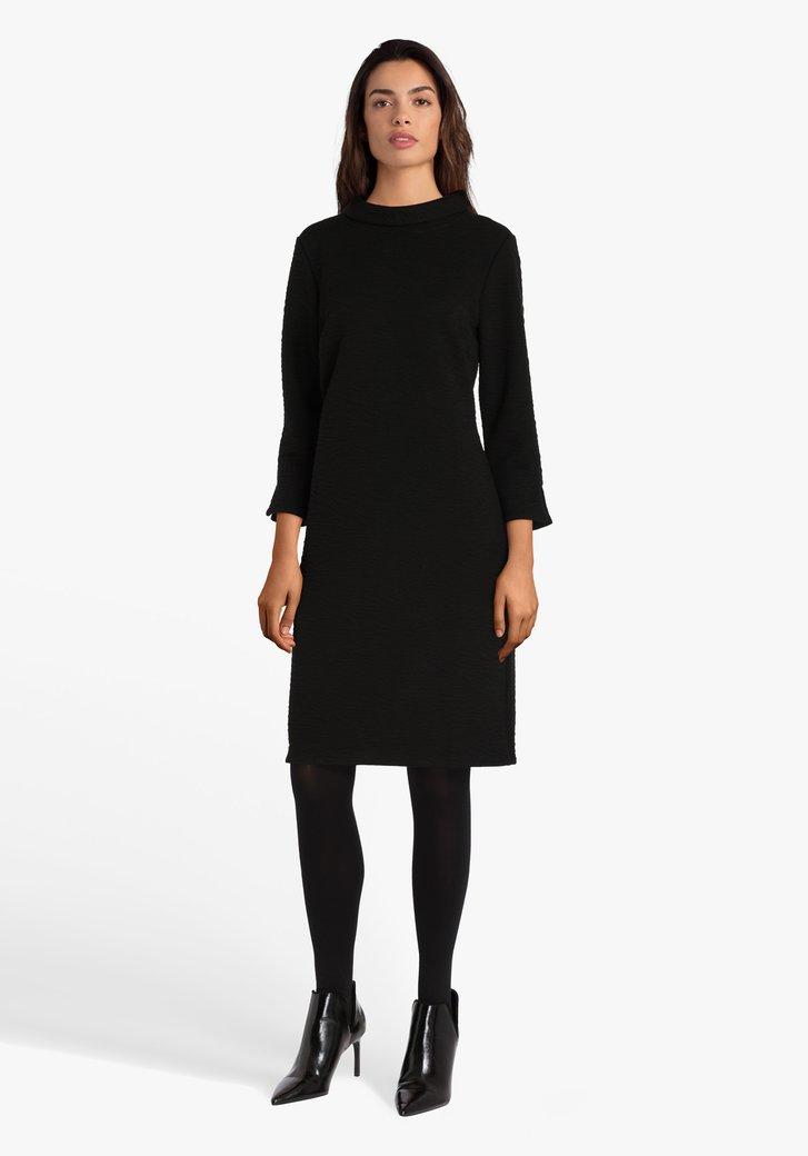 Zwart kleed met kraagje in structuurstof