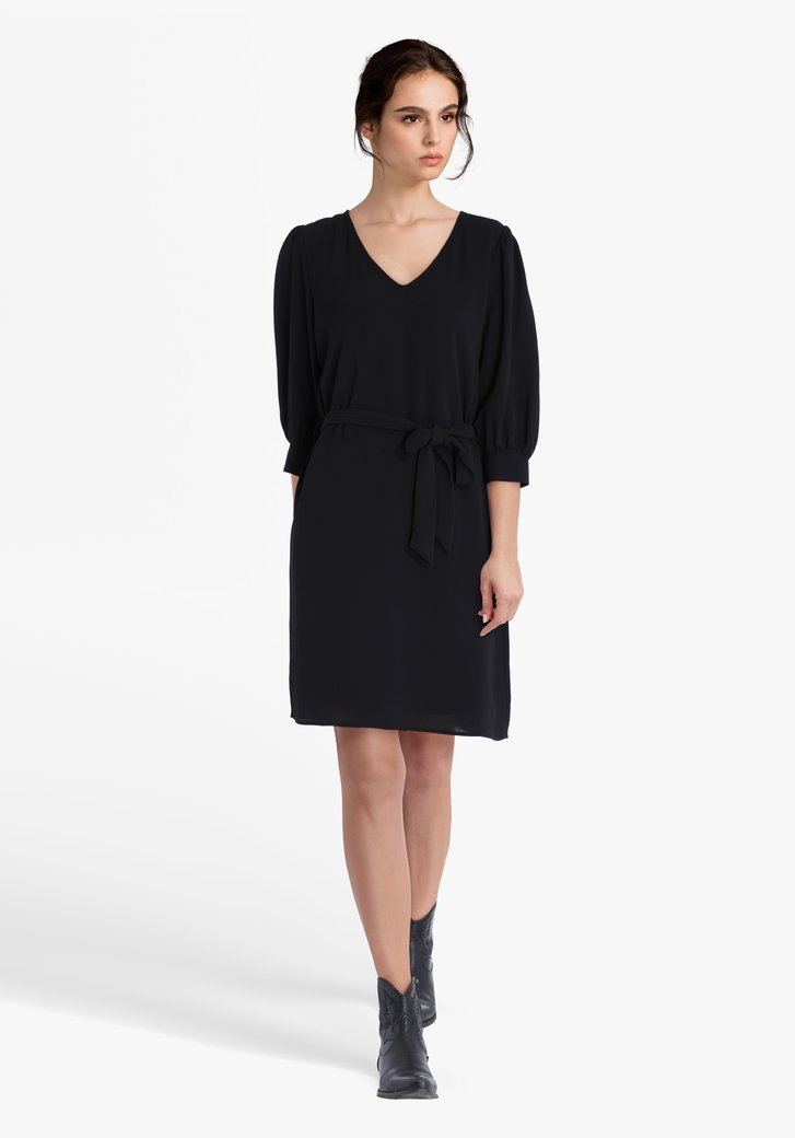 Zwart kleed met striklint en V-hals