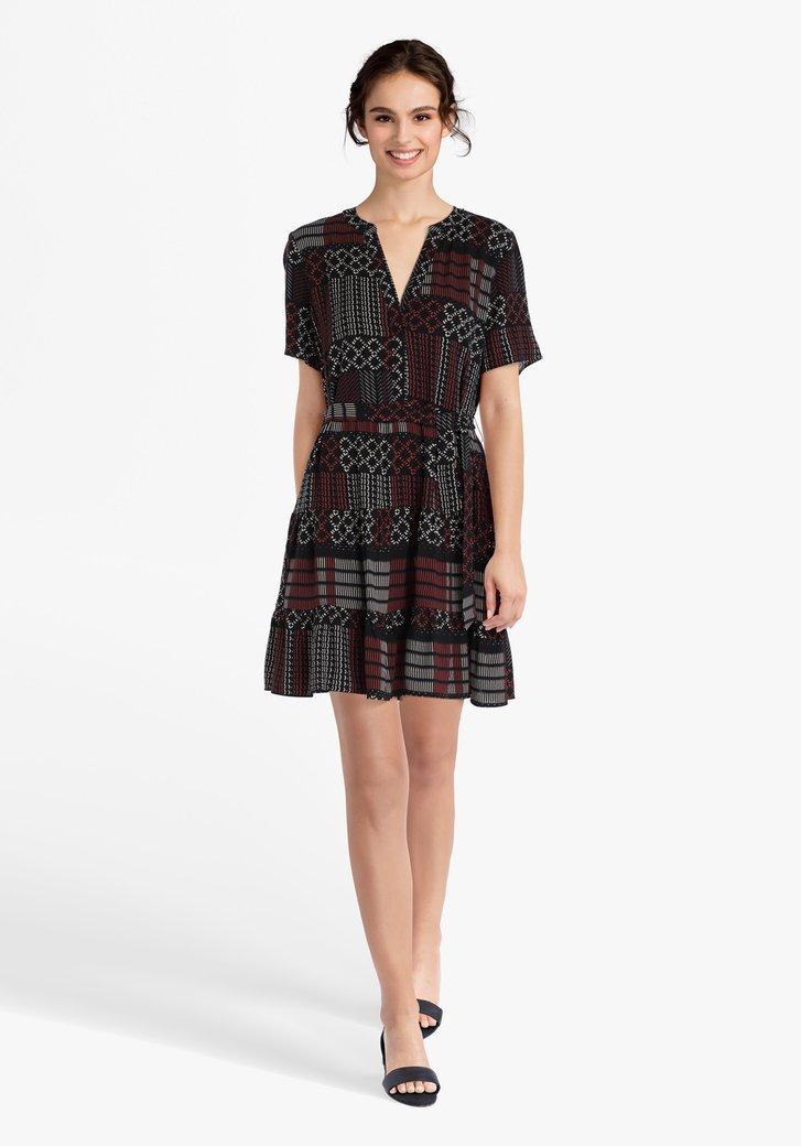 Zwart kleed met witte en roodbruine print