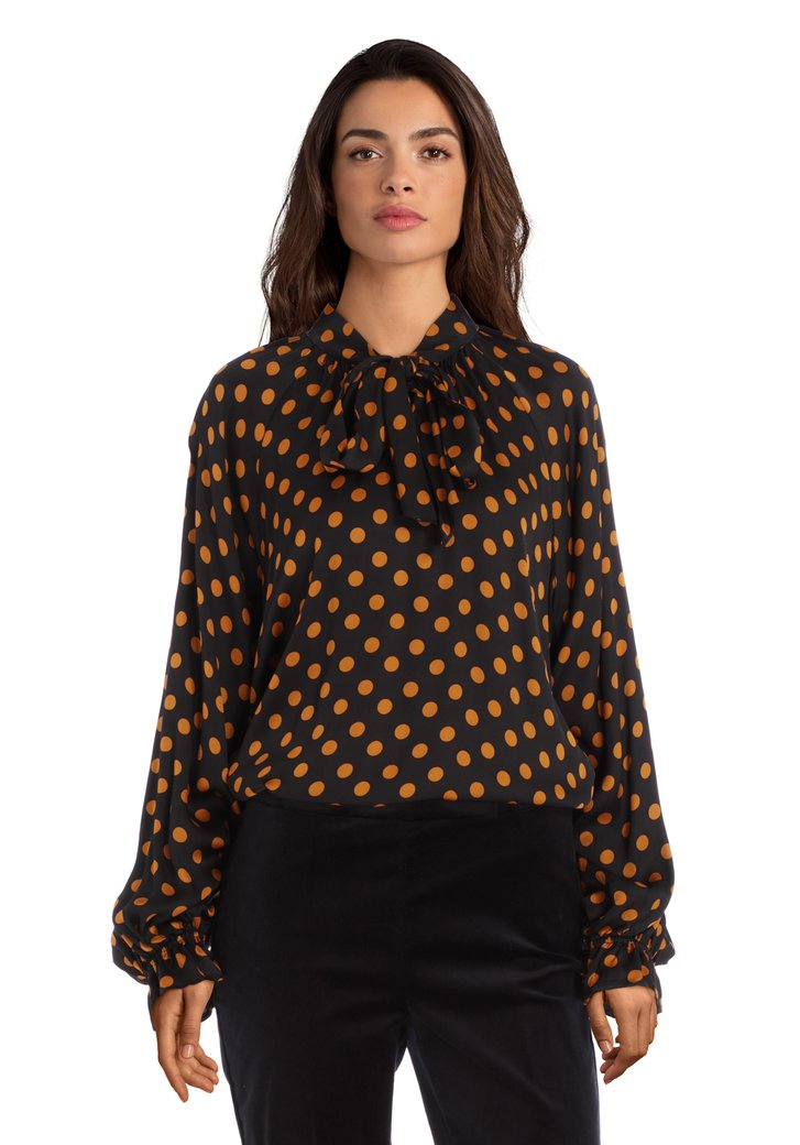 Afbeelding van Zwarte bloes met okerkleurige stippen en zijdelook