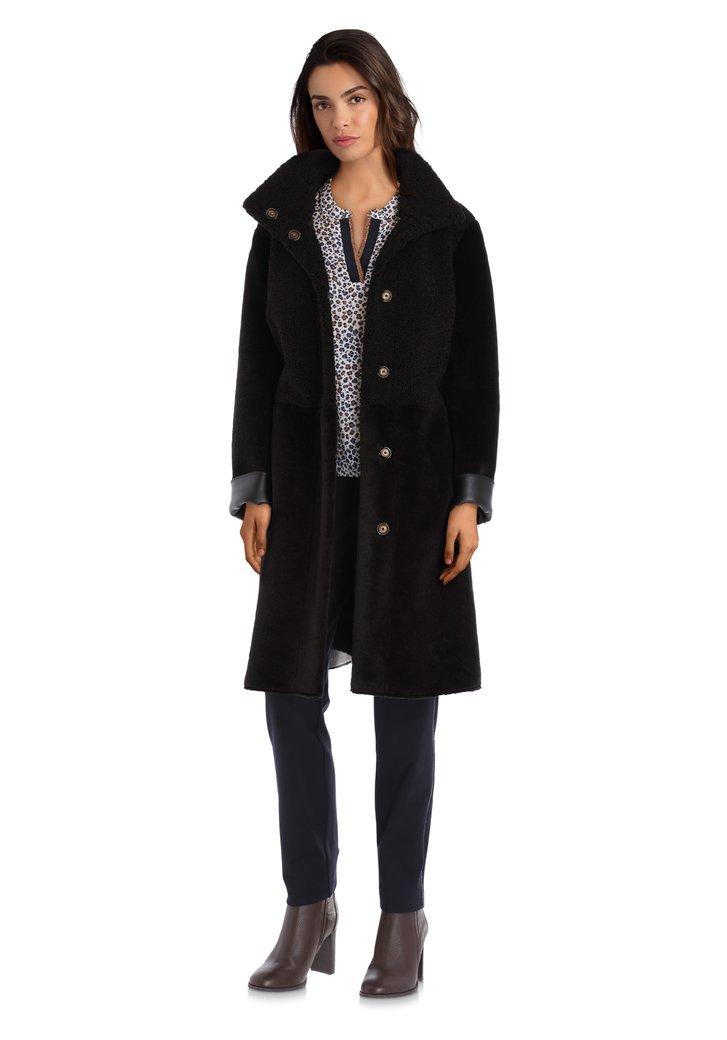Afbeelding van Zwarte mantel in fake fur en bouclé