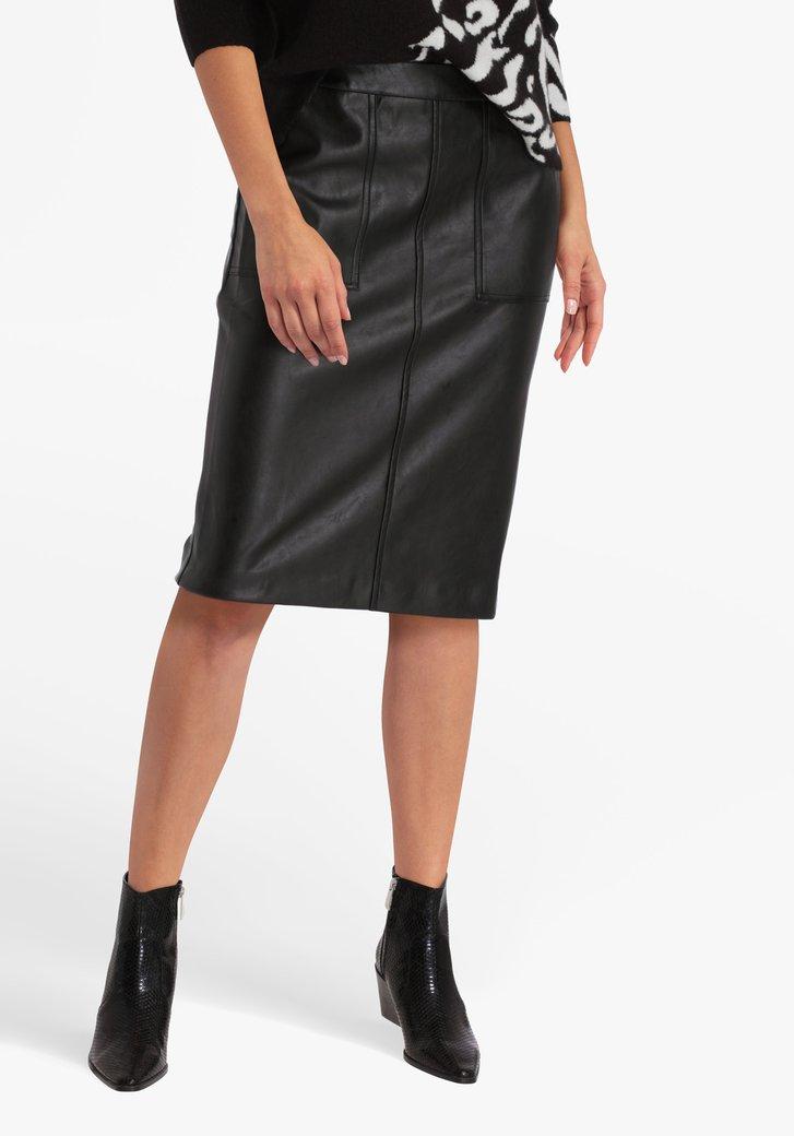 Zwarte rok in lederlook met split