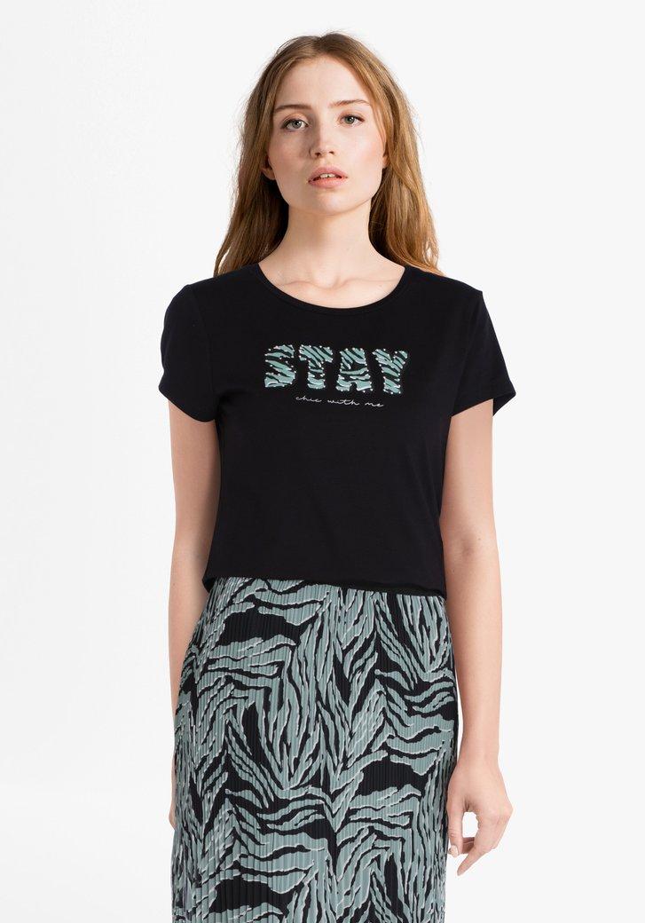 Zwarte T-shirt met groene letters