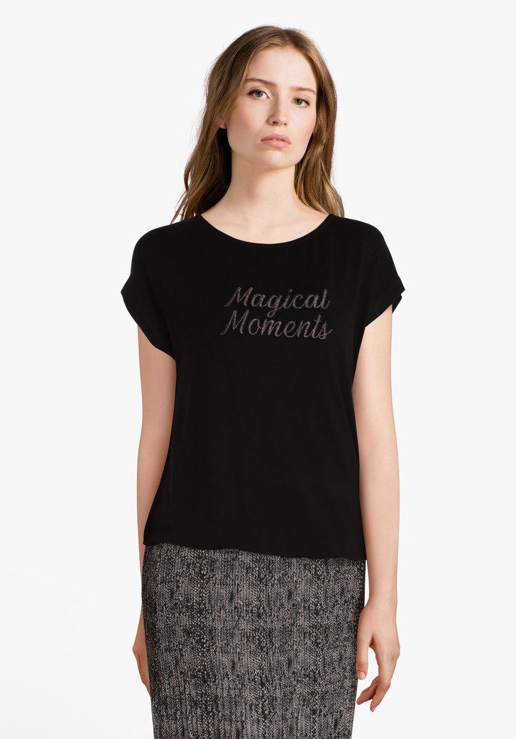 Zwarte T-shirt met roestkleurig opschrift